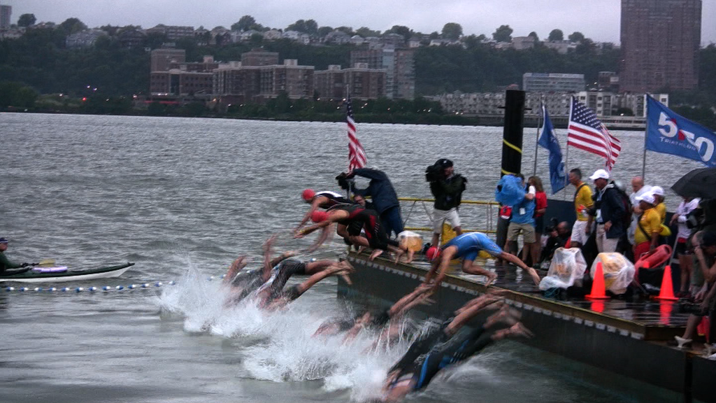 10033T - SWIMMERS DIVE INTO HUDSON IN NYC TRIATHLON AND SWM