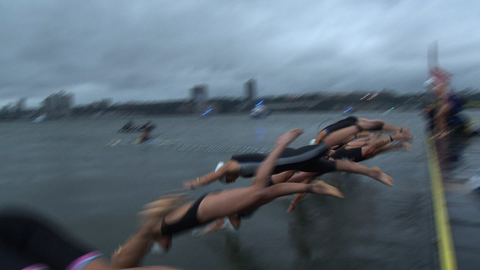 10035T - SWIMMERS DIVE INTO HUDSON AND SWIM