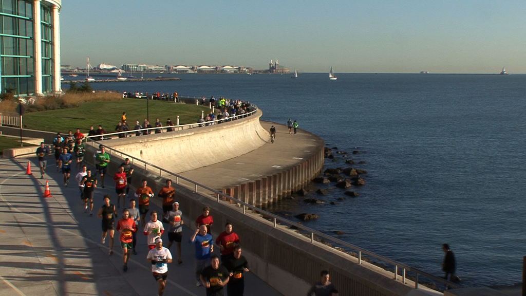 10042R - RUNNERS ALONG LAKE MICHIGAN IN CHICAGO