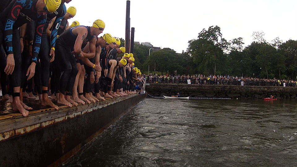 10008T - TRIATHLETES DIVE INTO HUDSON