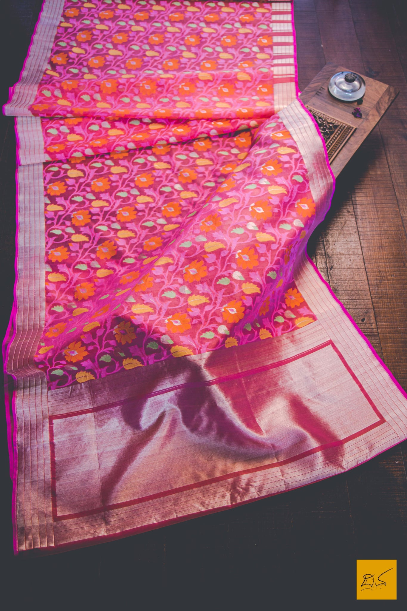 This wonderful Banarasi Kora Silk Organza Handwoven Saree has a body in pink colour. New trend of Banarasi Saree designs, Banarasi Saree for artists, art lovers, architects, saree lovers, Saree connoisseurs, musicians, dancers, doctors, Banarasi silk saree, indian saree images, latest sarees with price, only saree images, new Banarasi saree design.