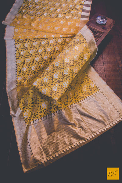 A beautiful banarasi silk sari. Traditional border yet the contemporary look from the blouse. New trend of Banarasi Saree designs, Banarasi Saree for artists, art lovers, architects, saree lovers, Saree connoisseurs, musicians, dancers, doctors, Banarasi silk saree, indian saree images, latest sarees with price, only saree images, new Banarasi saree design.
