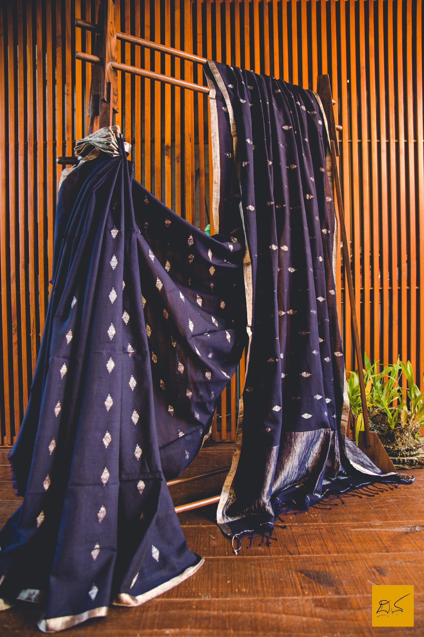 This is a magnificent Navy Blue Jamdani handwoven Saree. New trend of Muslin Jamdani Saree designs, Muslin Jamdani Saree for artists, art lovers, architects, saree lovers, Saree connoisseurs, musicians, dancers, doctors, Muslin Jamdani saree, indian saree images, latest sarees with price, only saree images, new Muslin Jamdani saree design.