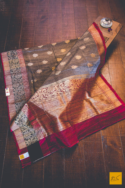 This is a gorgeous Banarasi matka silk handwoven Saree with a grey body. New trend of Banarasi Saree designs, Banarasi Saree for artists, art lovers, architects, saree lovers, Saree connoisseurs, musicians, dancers, doctors, Banarasi silk saree, indian saree images, latest sarees with price, only saree images, new Banarasi saree design.