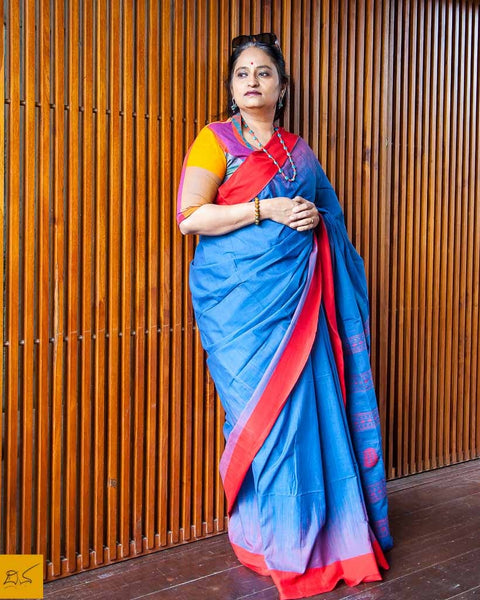 A lovely khadi cotton saree tie-dye design with contrast border and pallu with woven designs. New trend of Saree designs, Saree for artists, art lovers, architects, saree lovers, Saree connoisseurs, musicians, dancers, doctors, Katan silk saree, indian saree images, latest sarees with price, only saree images, new saree design.