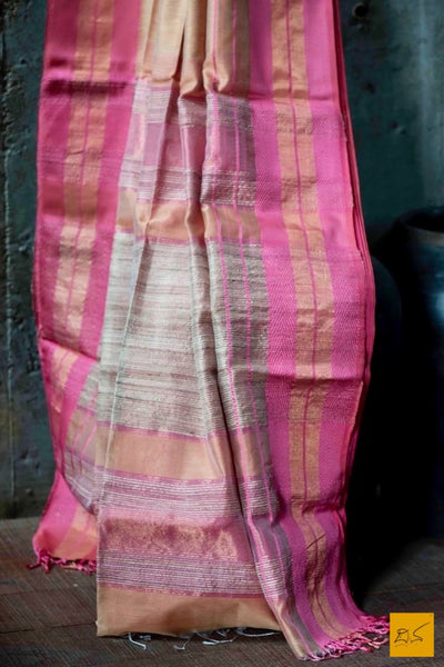 An elegant silk cotton maheshwari handwoven sari with silk and zari woven border and pallu.  Maheshwari Saree for artists, art lovers, architects, saree lovers, Saree connoisseurs, musicians, dancers, doctors, maheshwari silk cotton saree, indian saree images, latest sarees with price, only saree images, new maheshwari saree design 2020
