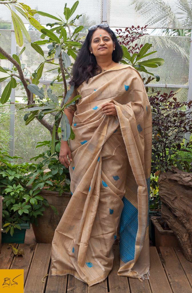 A magnificent pure tussar silk handwoven saree with zari border and zari, silk woven pallu. New trend of Tussar Silk Saree designs, Tussar Silk Saree for artists, art lovers, architects, saree lovers, Saree connoisseurs, musicians, dancers, doctors, Tussar silk saree, indian saree images, latest sarees with price, only saree images, new Tussar Silk saree design.