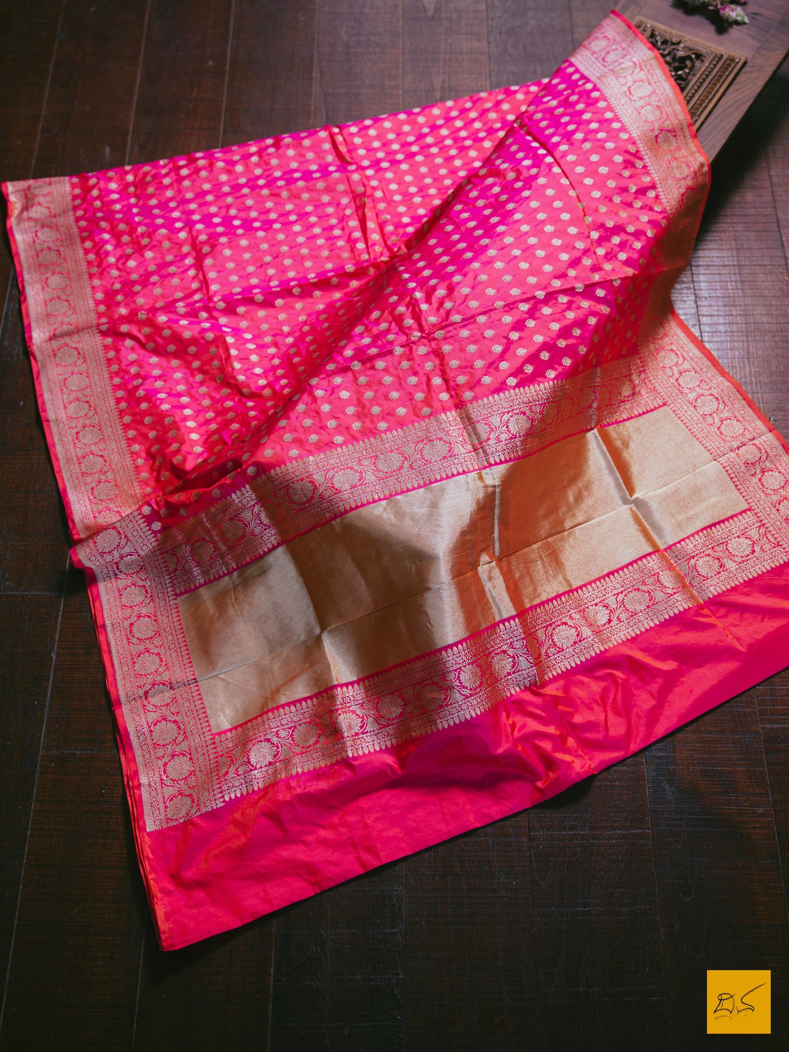 This is a beautiful banarasi katan silk saree with a Rose-Orange body. The saree which can be passed to the next generation. New trend of Banarasi designs, Banarasi for artists, art lovers, architects, saree lovers, saree connoisseurs, musicians, dancers, doctors, Banarasi Katan silk saree, indian saree images, latest saree with price, only saree images, new Banarasi saree design.