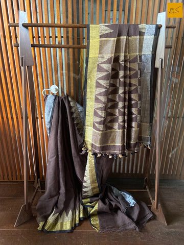 This is a gorgeous Linen handwoven Saree with a brown body. New trend of Saree designs, Saree for artists, art lovers, architects, saree lovers, Saree connoisseurs, musicians, dancers, doctors, linen saree, indian saree images, latest sarees with price, only saree images, new saree design.