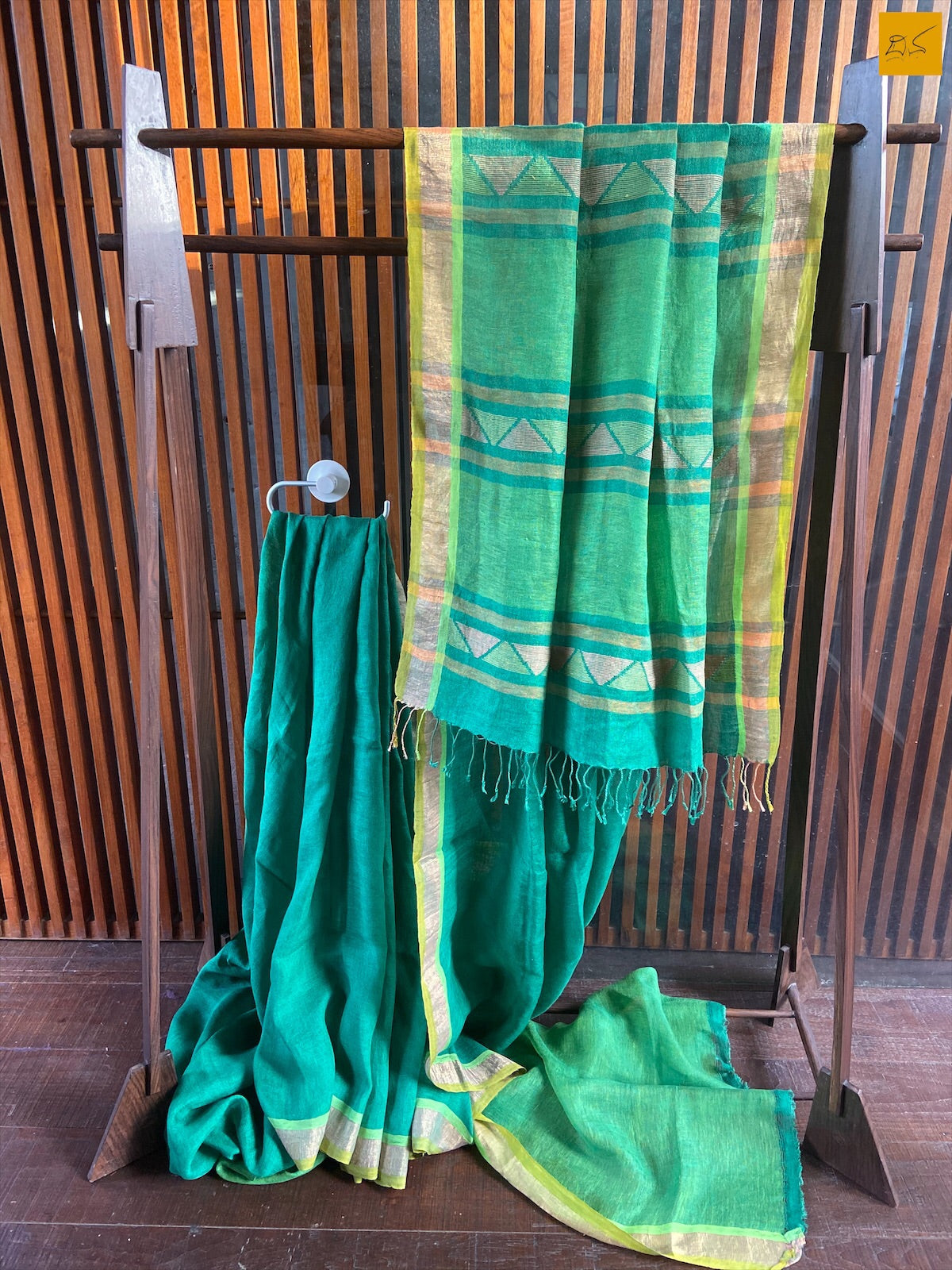 Isn't it hard to let it go! A comfy, dressy greel pure linen handwoven saree is looking for your wardrobe. Own it!! This is a gorgeous Linen handwoven Saree with a green body. New trend of Saree designs, Saree for artists, art lovers, architects, saree lovers, Saree connoisseurs, musicians, dancers, doctors, linen saree, indian saree images, latest sarees with price, only saree images, new saree design.
