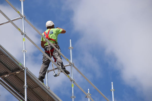 can dehydration cause dizziness: Construction worker standing on a scaffolding