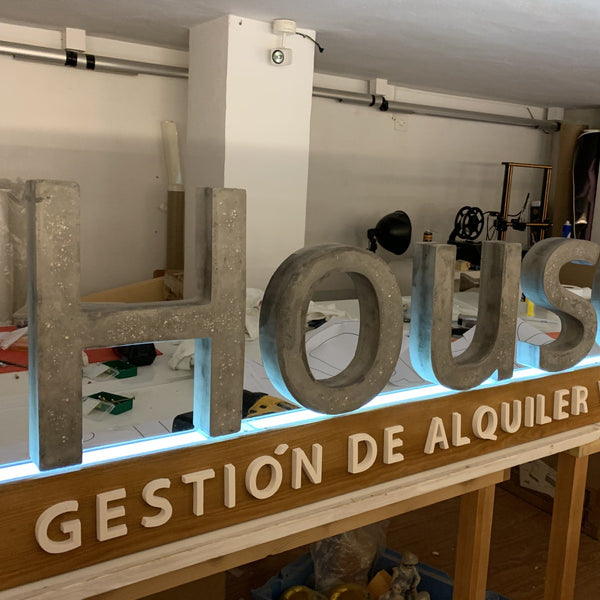 Rotulación Letras cemento sobre base - Camaleon-art - concrete shop art