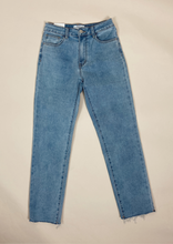 Afbeelding in Gallery-weergave laden, THE CROPPED PREMIUM MOM JEANS