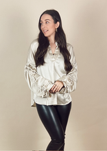 Afbeelding in Gallery-weergave laden, THE CHAMPAGNE CHIQUE SATIN BLOUSE