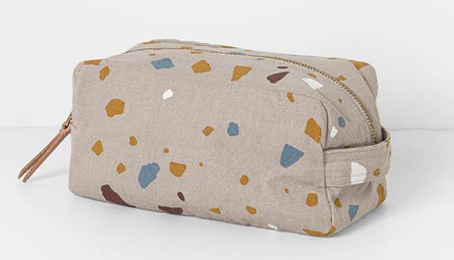Trousse de toilette terrazzo rose dessiné par Ferm Living