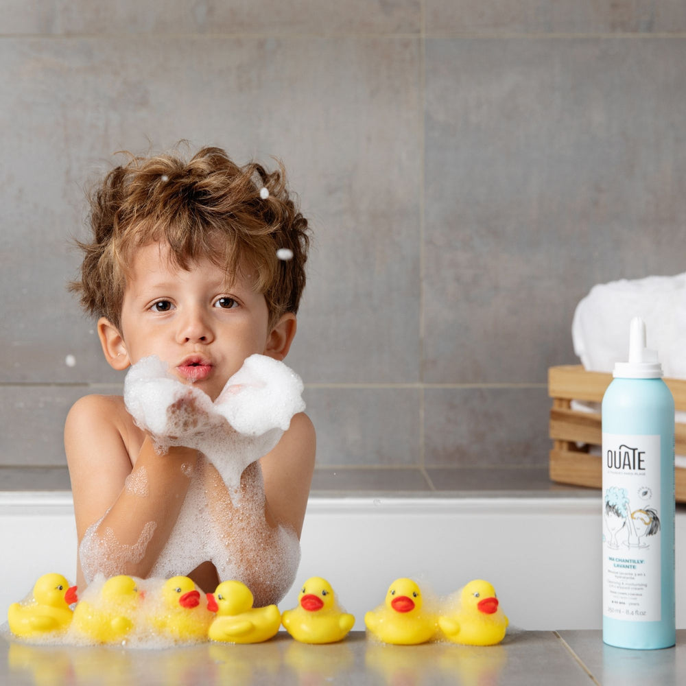 Load image into Gallery viewer, OUATE enfant qui soufle de la chantilly sur ses canards de bain
