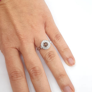 Anello con diamante brown centrale e diamanti bianchi in oro bianco 18 kt