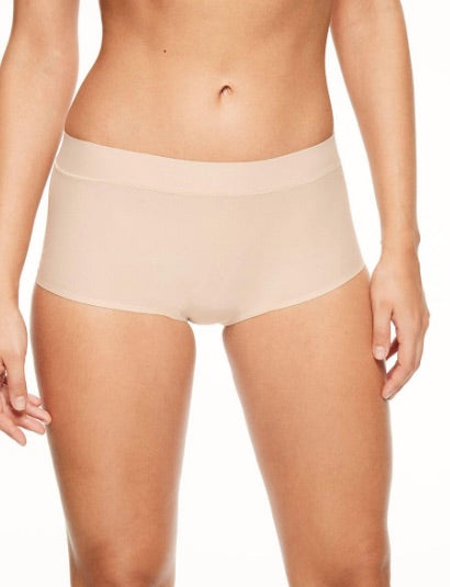 Chantelle SoftStretch One-Size-Fits-All Boyshort Underwear. The model is wearing a neutral nude colour. Seamless and innovative stretch fabric to uncomplicate your wardrobe with the freedom to move. Easy, lightweight and ultra soft boyshort.