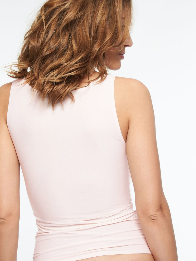 Blushing pink colour. The smooth Tank Top from the award winning Soft Stretch Collection adds ease to everyday with high performace elasticity that is engineered to last. Wear alone or layered for a lightweight, luxe look. Relaxed one size fit for variety of shapes Scoop-neck silhouette Stays in place throughout the day