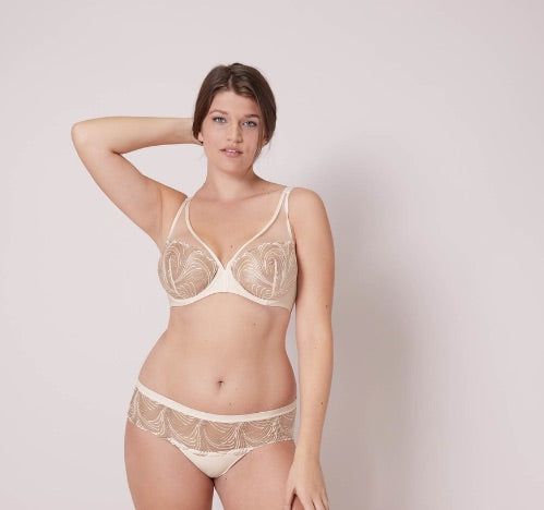 SIMONE PERELE Nuance Boyshort Underwear Pearl neutral colour. We have the secret to the matching set: divinely soft, stretchy, seamless boyshort bottoms.  Did we mention the ultra-chic embroidery on sheer mesh?