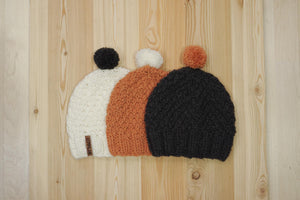 7PLIS beanie in recycled wool, hand-knitted with interchangeable pompons