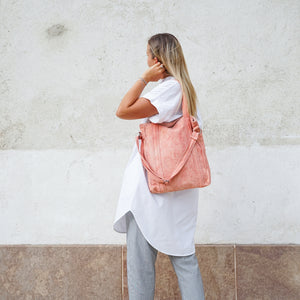 Girl wearing naturally dyed root red city bag handcrafted by BAGABÙ and DYGO.STUDIO