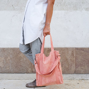 Girl holding naturally dyed root red city bag handcrafted by BAGABÙ and DYGO.STUDIO