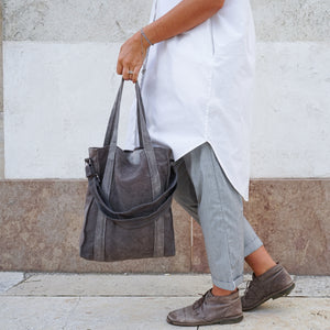 Girl holding naturally dyed cone grey city bag handcrafted by BAGABÙ and DYGO.STUDIO