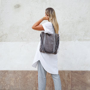 Girl wearing naturally dyed cone grey city bag handcrafted by BAGABÙ and DYGO.STUDIO