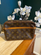 Load image into Gallery viewer, Louis Vuitton Vintage Monogram Pochette Compiegne 23