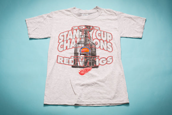 Gray t-shirt with a picture of the Stanley Cup and text celebrating the Detroit Red Wings' Championship