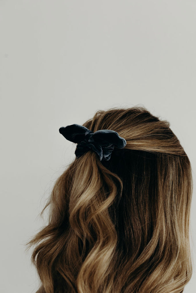TAYLOR / BLUE BOW SCRUNCHIE
