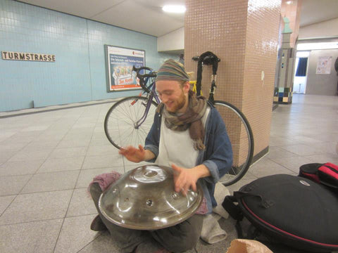 Handpan player Malte Marten in metro station