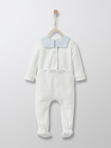 This small sailor-style soft and refined sleepsuit comes with light blue nautical collar and check soles, back fastening and press-studs for easy dressing/undressing. Ideal gift for a newborn with a French touch.
