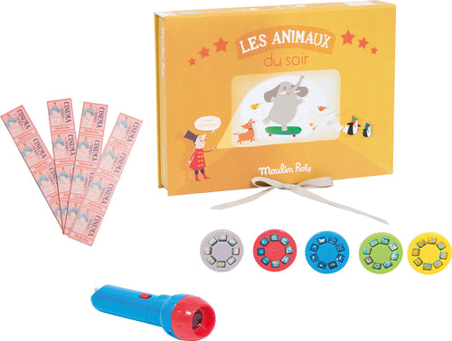 This cinema box set on the theme of animals includes a pad of programmes, detachable cinema tickets, a torch and five discs with eight illustrations, to attach. When projected onto a wall each disc tells a colourful story to amaze your little one.