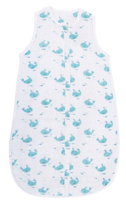 This charming baby sleeping bag made of muslin with blue whale print is perfect to wrap baby in a cocoon of softness from 6 up to 36 months. Soft and light, it is adapted to summer temperatures thanks to its breathable fabric. The length can be adjusted using press-studs as the child grows.