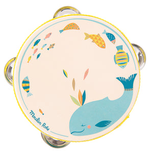 This cream-coloured tambourine is beautifully illustrated with Josephine, the calm blue whale, and multi-coloured fish of teal blue, orange and ochre. Ideal first percussion instrument for little ones!