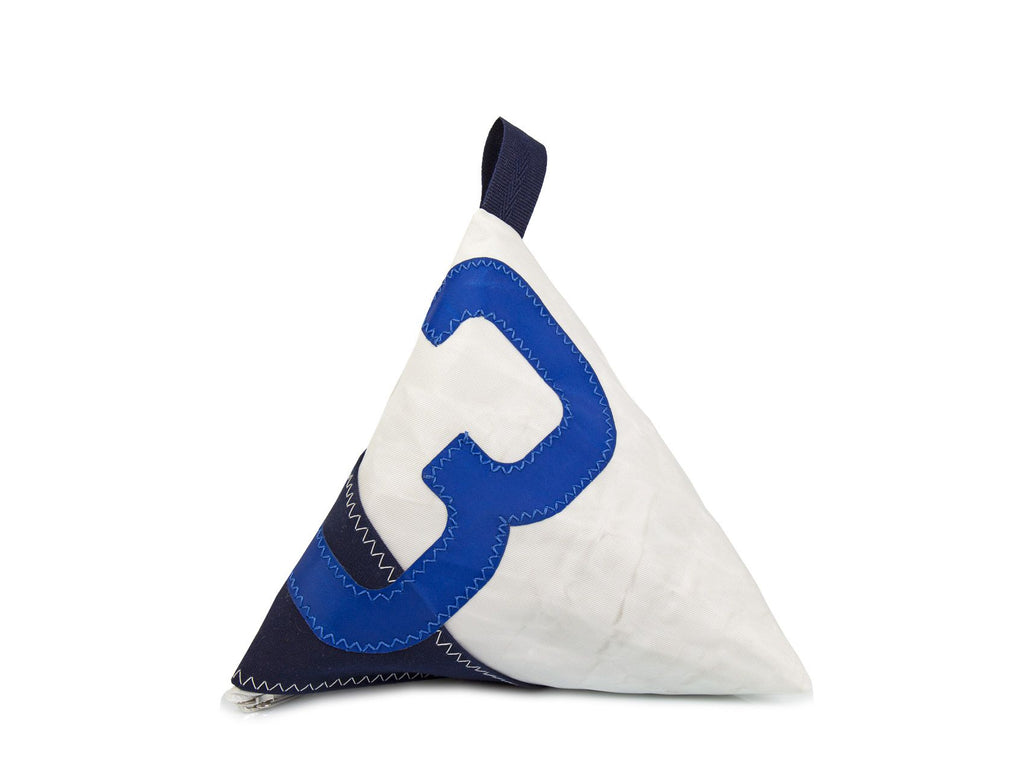 Made of white and blue Dacron sail and navy canvas, and adorned with an oversized blue number '3', this pyramid-shaped door stopper will add a splash of colour and nautical character to your interior!