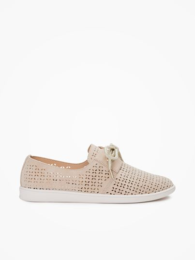 This light urban sneaker, skin colour, is packed with elegant details such as iridescent golden knot-style laces which complement beautifully its nautical inspiration with oversized eyelets and leather yokes.