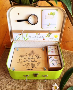 The young botanist's suitcase with everything necessary for observing nature and drying pretty leaves or flowers: a magnifying glass, a wooden flower press, a notebook and 3 attractive illustrated boxes to keep those extra special treasures.  The botanist set comes in a sophisticated carry case that is inspired by old maps and botanists' drawings.