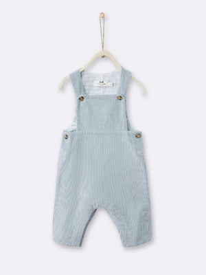 Made in extra-lightweight 100% cotton velour, these boy's dungarees come in light blue. They are equipped with button fastening at the straps and sides and press-stud fastening at the legs