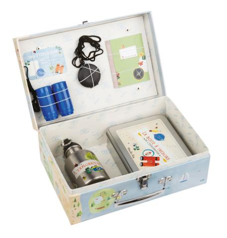 This illustrated treasure-hunter's suitcase is designed for children aged 6 years and over. It contains a pocket compass, a water bottle, a pair of binoculars, a travel notebook, a box for little treasures.