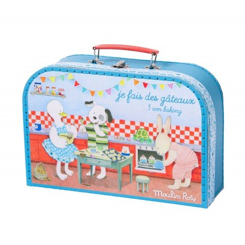LA GRANDE FAMILLE BAKING SET IN ILLUSTRATED SUITCASE