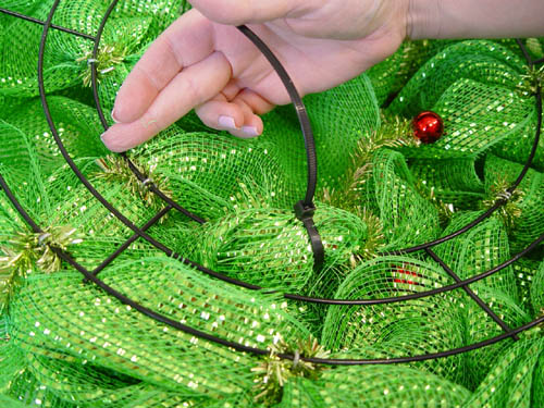 basic-green-wreath-finished-ends-zip-tie