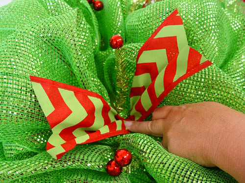 basic-green-wreath-place-ribbon-strip-in-open-twist