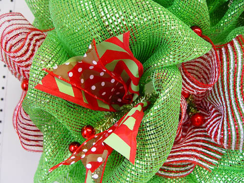basic-green-wreath-ribbon-strips-secured