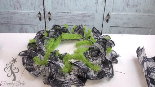 bee-wreath-make-outer-layer-finished