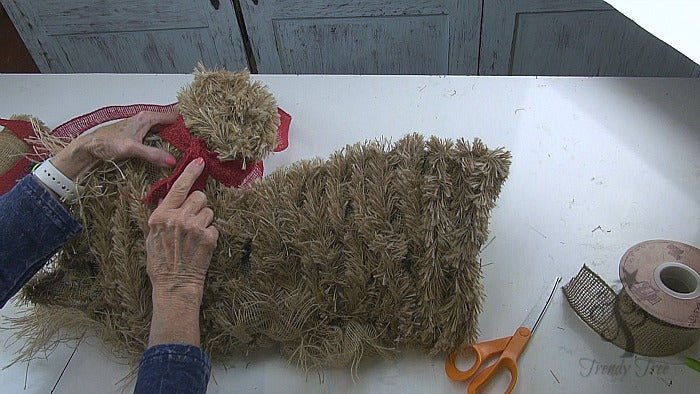 burlap-horse-head-wreath-tutorial-tied-in-back