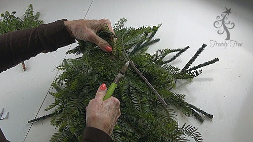 evergreen-horse-head-wreath-2016-trendytree-clip=small-branches