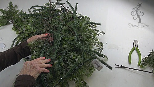 evergreen-horse-head-wreath-2016-trendytree-secure-from-back
